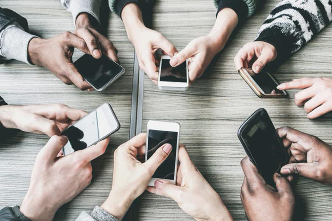 Rynek telefonów komórkowych przeżywa wstrząs Źródło: Komputer Świat