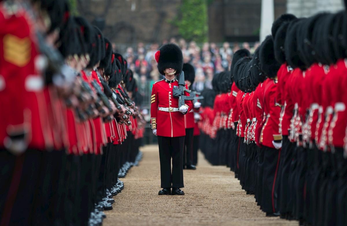 Żołnierze brytyjskiej gwardii królewskiej. Fot.domena publiczna