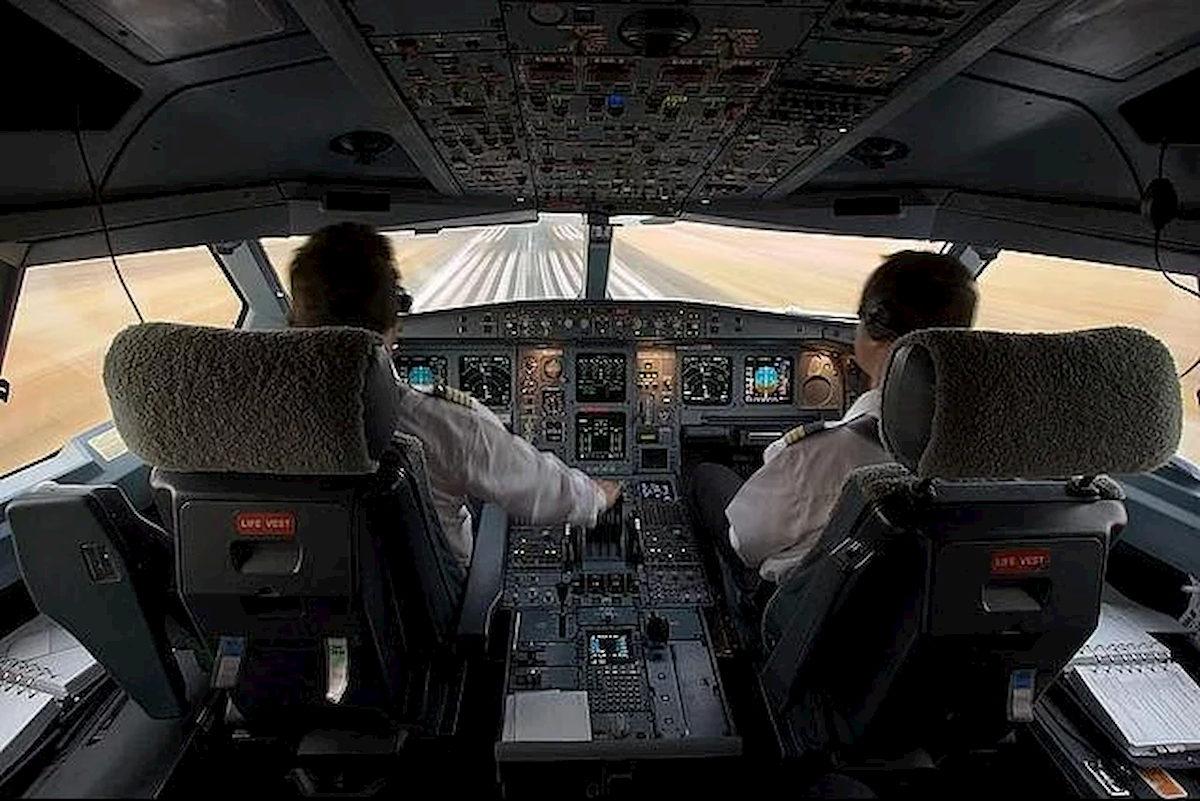 Kabina pilotów pasażerskiego liniowca. Fot.domena publiczna