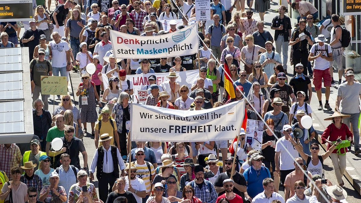 Berliński protest przeciwko restrykcjom związanym zepidemią koronawirusa. Fot.YouTube